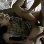 【及川ひな多・ヘンリー塚本】昭和の夏、雨の魚釣り小屋、母に隠れて二度目の父と情交するお下げ髪の少女