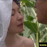 【大沢萌・ヘンリー塚本】昭和20年夏、夫は戦場で戦いに、妻はとうもろこし畑で不倫セックスに明け暮れる