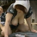 【秋川りお・並木るか・ヘンリー塚本】庭で洗濯しながバックから挿入される昭和の爆乳女中とそれをのぞいて失禁する娘